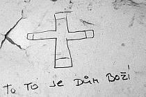 Nápis na popraskané zdi budovy v ulici A. Dvořáka v Mostě, kde v těsném sousedství mateřské školy žijí bezdomovci a lidé závislí na drogách a alkoholu.
