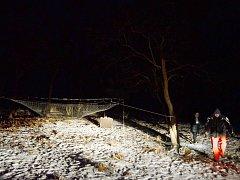 Ochránci zvířat procházejí v noci v parku Šibeník kolem nastražené sítě, do které chtějí chytit zatoulané exotické prase Pepu. Na síť svítí reflektor ze služebního auta městské policie. V parku není žádné veřejné osvětlení (leden 2016).