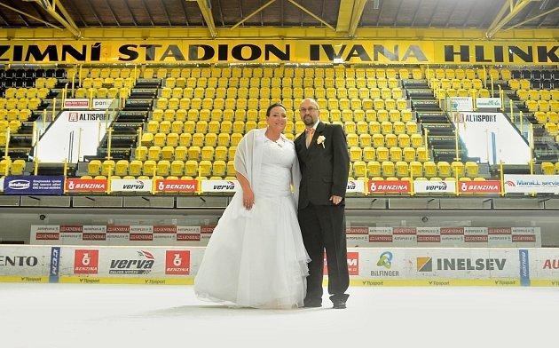 Eliška a Vratislav Bílkovi fotili svatební fotky na litvínovském zimáku.