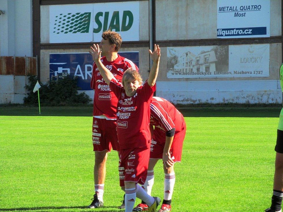 Roman Skamene takto zvedal ruce, když moderátoři představovali legendárního fotbalistu Antonína Panenku.