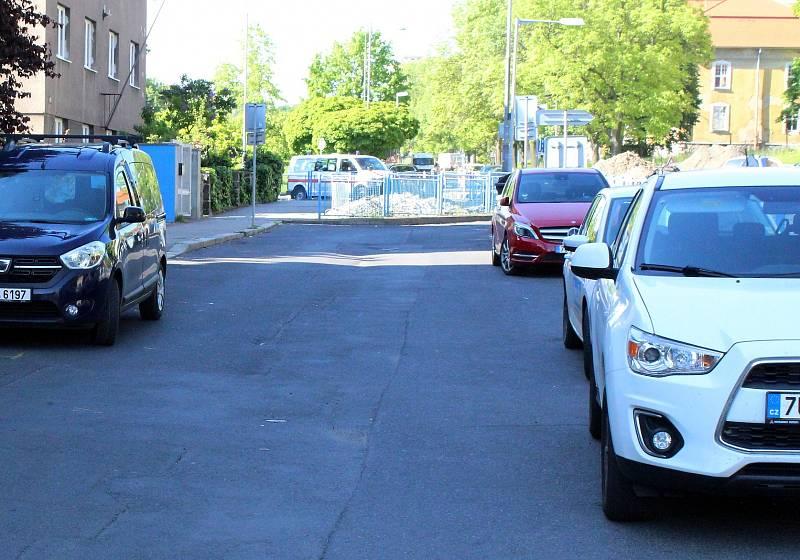 Dycky Most! Navštivte s námi místa, kde se točil známý komediální seriál. Tady byla filmová zastávka autobusu před gymnáziem.
