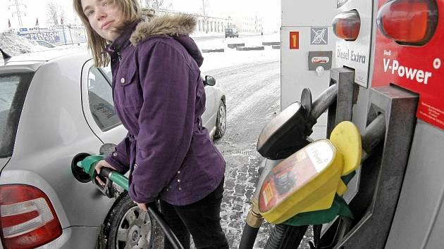 Ceny pohonných hmot klesají.