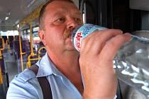 Řidič mosteckého dopravního podniku Vlastislav Hrdina dostává v horkých dnech neomezené množství perlivé vody a vitamíny.