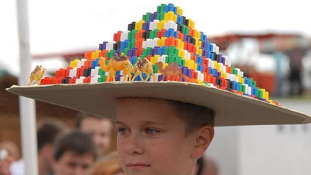 Z přihlášených klobouků měla porota na hipodromu co vybírat.