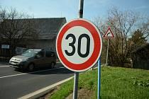 Pro průjezd Skršínem platí omezení rychlosti.