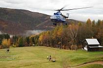 Vrtulníky natahovaly na Klínech pomocná lana pro vznikající zipline