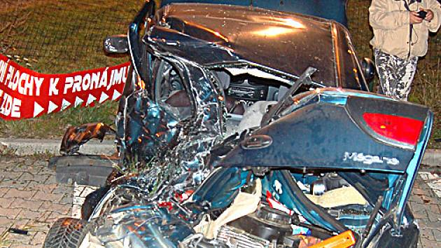 Takto dopadl vůz zaparkovaný na Liščím Vrchu poté, co se přes něj převalilo jiné auto.