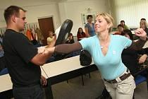 Úřednice z litvínovské radnice se učí sebeobranu, aby se ubránily agresivním klientům.