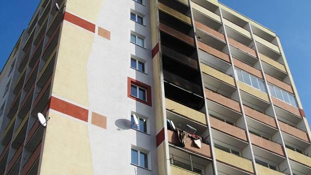 Hořelo v bytě v devátém patře domu. Že tu došlo k požáru, je patrné na první pohled.