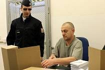 Odsouzený Petr Neufus kompletuje balíčky dopisnic