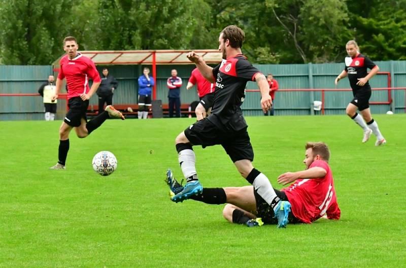 Meziboří (červené dresy) porazilo Březno 3:0.