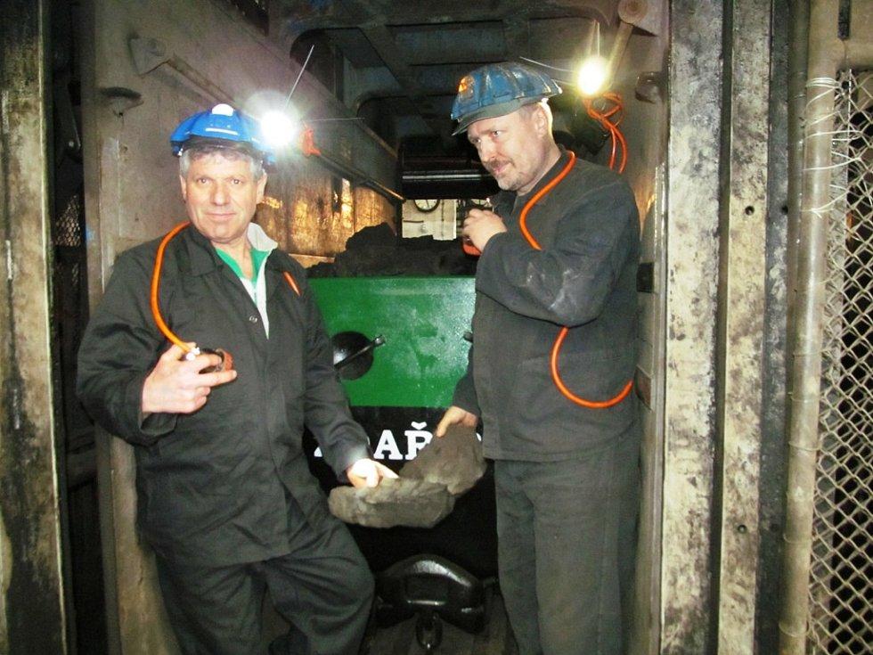 Horníci s uhlím z posledního vozu.