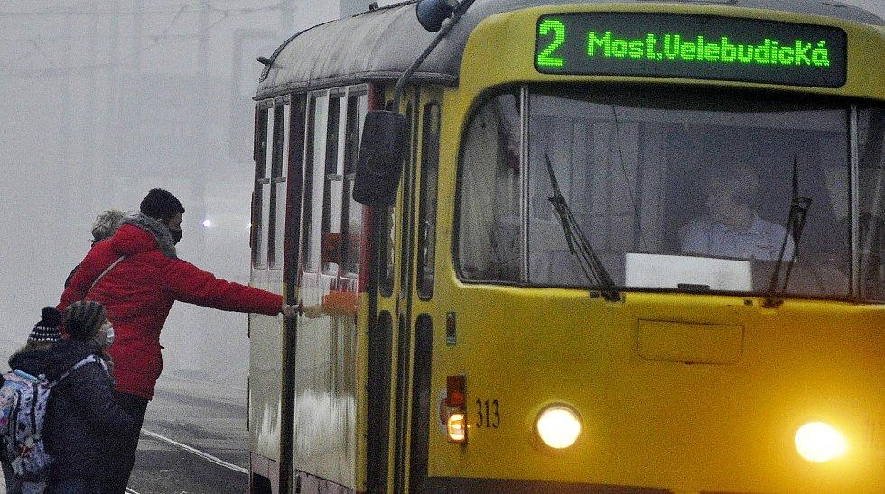 Situace v Mostě ve čtvrtek 25. února 2021 ráno na zastávce MHD.
