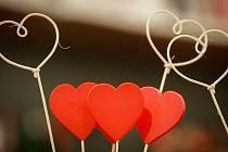 Blíží se sv. Valentýn. Potěšíte ženu květinou, nebo žádostí o ruku?