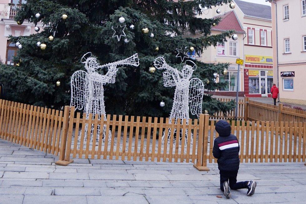 Desetiletý Justin prosí Ježíška o dárky na náměstí v Litvínově