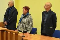 Hana Jeníčková a Jan Hašek poslouchají rozsudek, vlevo obhájce.