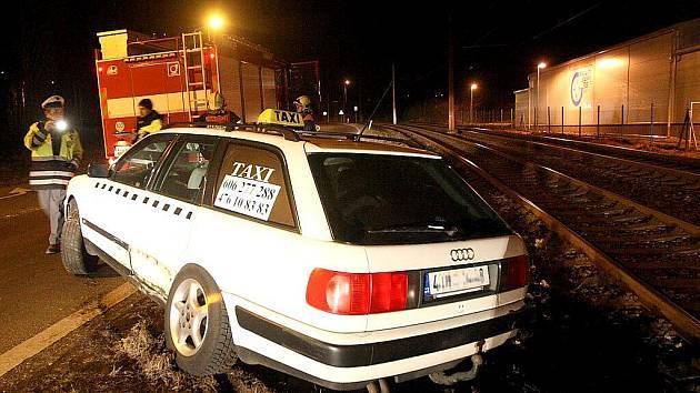 Taxík skončil po nehodě v tramvajovém kolejišti.