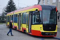Do dopravního podniku v Mostě přivezli novou tramvaj. Odstartovala tak velká modernizace MHD, která zahrne řadu inovací a hodnotou se možná přiblíží k miliardě korun.
