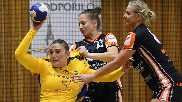 Mostecké házenkářky Tereza Eksteinová (uprostřed) a Michaela Borovská v zápase s Michalovcemi.