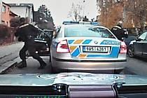 Až když nemohl projet přes zátaras policejních aut, zastavil.