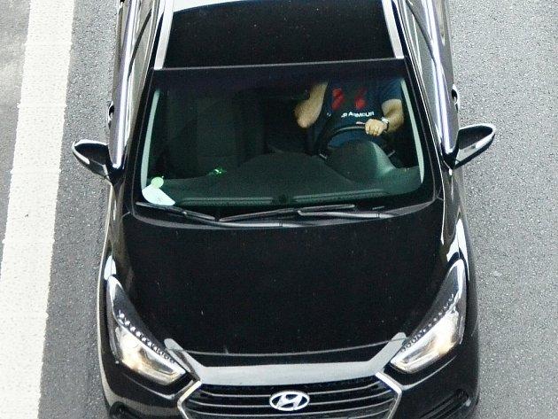 Řidiči používají mobil při jízdě po silnici I/13 v Mostě