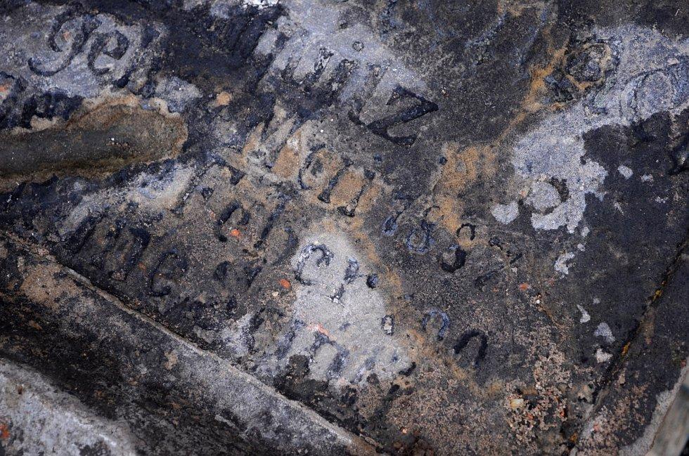 Torzo zachráněných náhrobků z oblasti bývalé obce Libkovice.