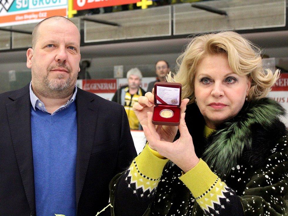 Ivan Hlinka se jako první objevil na pamětní minci nové série. Tu od obchodního ředitele České mincovny Aleše Brixe (vlevo) přezvala Liběna Hlinková.