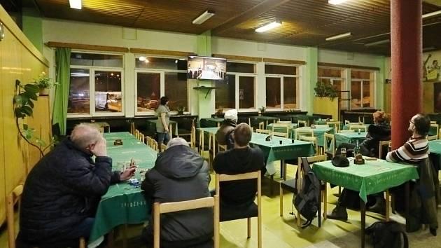 Sledování seriálu Most! v mostecké restauraci Severka, kde se i odehrává část děje