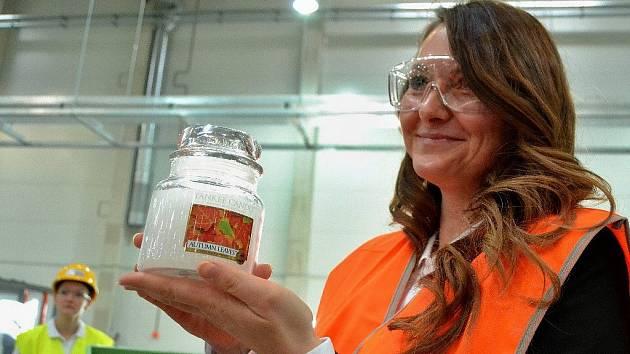 Továrna na svíčky u Mostu se slavnostně otevřela loni v prosinci. Zástupci podniku hostům ukázali zkušební výrobu.