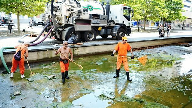 Zaměstnanci městských technických služeb čistili bývalý okrasný bazén u kulturního domu Repre v Mostě.