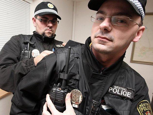 Fotoreportér Deníku Jan Vraný (vpravo) při jedné z reportáží na vlastní kůži.