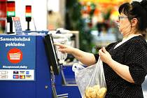 První samoobslužnou pokladnu v Česku zkoušeli v Tesco Store v Praze na Skalce již v roce 2008.