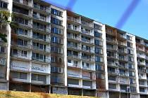 Zazděný panelový dům v Bečově. Archivní foto