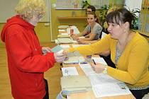 Volby v Mostě. Na 1. ZŠ byl z počátku nával. Jako první přišli senioři. Mezi nimi kličkovali po schodech mladší voliči.