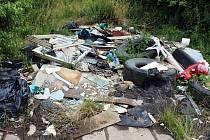 Staré pneumatiky, stavební suť, rámy oken a další nežádoucí odpad. Černá skládka na kterou upozornil Deník v okolí obce Braňany.