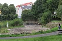 Pilařský rybník je již řadu let bez vody. Už několikrát byl zarostlý a plný odpadků.