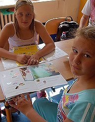 Žačky ze základní školy profesora Zdeňka Matějíčka se učí správně číst ze speciální knihy.