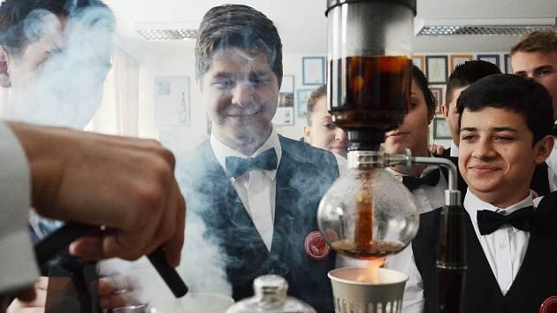 MOLEKULÁRNÍ EXPERIMENTY. Studenti 1. a 2. ročníku mění s učitelem chuť kofoly. Výzkum proměn nealkoholických i alkoholických nápojů patří k výuce.