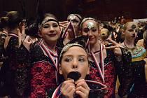 Tanečníci z mosteckého studia Kamily Hlaváčikové při soutěžích.