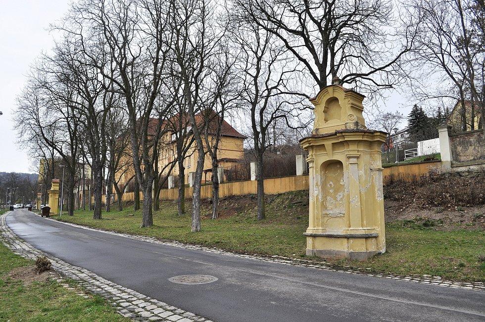Výklenkové kaple křížové cesty v ulici Jana Žižky na Zahražanech v Mostě jsou z 18. století. Obrazy Ježíšova utrpení se nedochovaly.