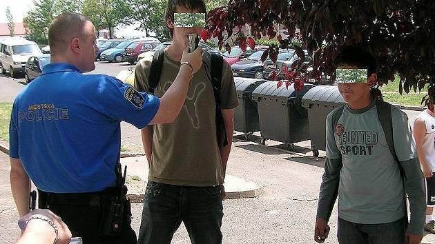 Strážníci provádějí orientační dechovou zkoušku u bloku 614.