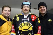Šéf fanclubu HC Verva Litvínov Jan Ptáček (vpravo), útočník František Gerhát (uprostřed) a kameraman klubu Jan Jindra (vlevo)