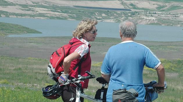 Cyklisté si prohlížejí vznikající jezero Most.