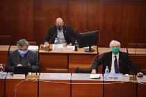 Ve čtvrtek 23. dubna zasedalo mostecké zastupitelstvo. Politici museli mít ochranu obličeje a sedět 2 metry od sebe.