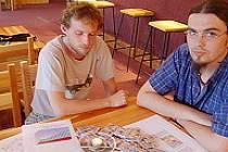 Pracovníci K-centra besedují o AIDS.