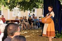 Docela velké divadlo Litvínov sehrálo představení Lucerna na nádvoří litvínovského zámku Valdštejnů