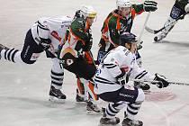 Hokejisté HC Most (v zelených dresech).