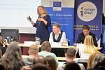 Ekonomové Elena Kohútiková, Tomáš Prouza a František Jochman besedovali se studenty o euru na Vysoké škole finanční a správní v Mostě.