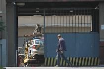 Odtahová služba přivezla na policejní ředitelství havarovaný policejní vůz.