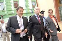 Premiér Bohuslav Sobotka při návštěvě Jirkova, po kterém ho provedl starosta Radek Štejnar (vlevo).